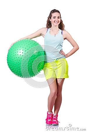 Jonge vrouw met bal het uitoefenen