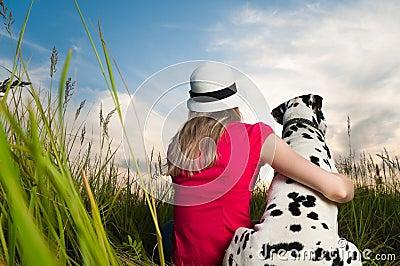 Jonge vrouw met haar hondhuisdier