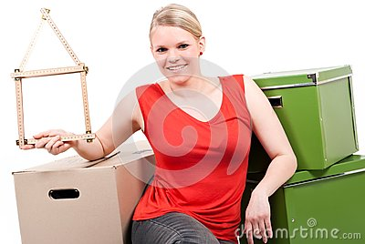Jonge vrouw met huissymbool