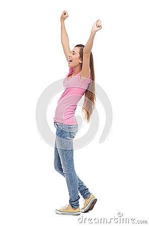 Jonge vrouw met opgeheven wapens