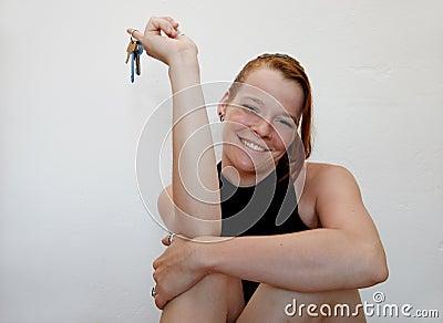 Jonge vrouw met sleutels