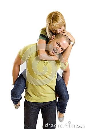 Jonge vrouw op de rug van haar vriend