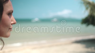 Jonge vrouw op de tropische wal van de filippijnen stock videobeelden