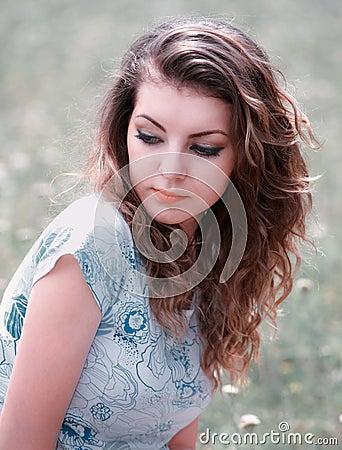 Jonge vrouw openlucht