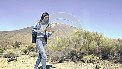 Jonge vrouw toerist met een kaart en rugzak in de bergen Reis, levensstijl en mensensmokkel stock videobeelden