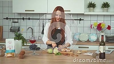 Jonge Vrouw Vrouwelijke Cook Cutting Fruit bij Keuken De rode hoofdmensen sluiten omhoog stock footage