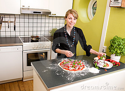Jonge Vrouwelijke het Maken Pizza