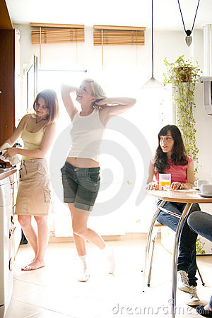 Jonge vrouwen in keuken