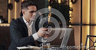 Jonge zakenman die in koffie werken Freelancer gebruikend smartphone en laptop Succesvolle zaken, IT, Freelancer-concept stock videobeelden