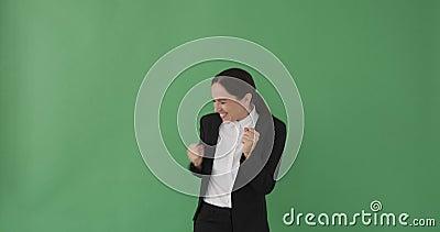 Jonge zakenvrouw klapt en springt in opwinding stock video