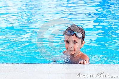 Jongen in de pool