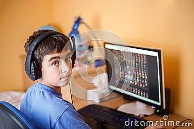Jongen die computer thuis met behulp van