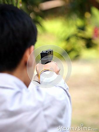 Jongen die de kogelkanon schieten van de lucht zacht bal