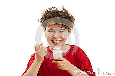 Jongen die yoghurt eet
