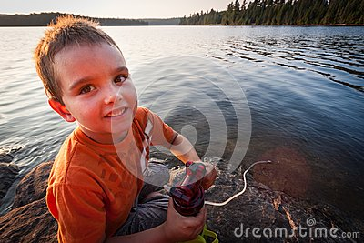 Jongen door het meer