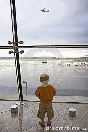 Jongen in luchthaven