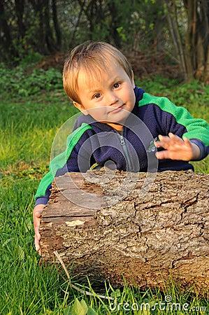 Jongen met boomstam