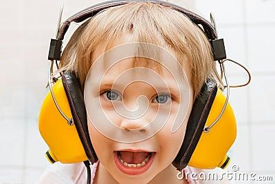 Jongen met hoofdtelefoons