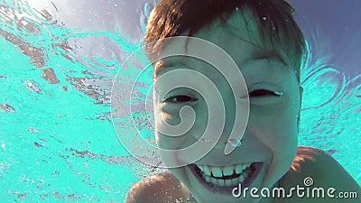Jongen in pool