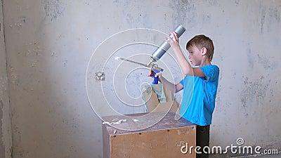 Jongen spelen met schuimschuim terwijl ouders hem niet zien Renovatie thuis stock video