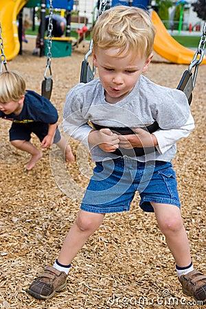Jongens bij speelplaats