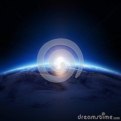 Jorda en kontakt soluppgång över det molniga havet med inga stjärnor