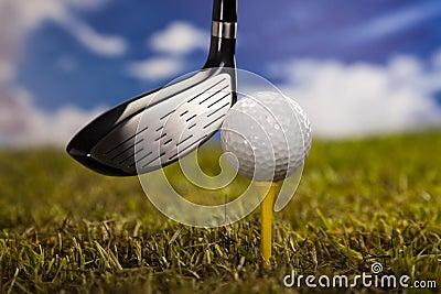 Jouer au golf, bille sur le té
