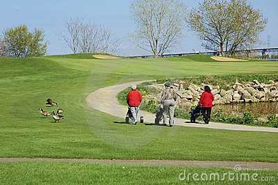 Jouer au golf de femmes