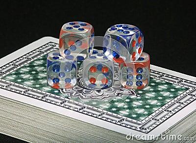 Jouer des cartes et des os