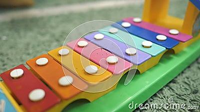 Jouet de xylophone dans la couleur d'arc-en-ciel Jouet d'éducation pour l'enfant et l'enfant en bas âge banque de vidéos