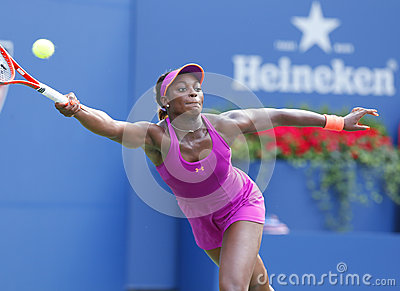 Joueur de tennis professionnel Sloane Stephens pendant le quatrième match de rond à l US Open 2013 contre Serena Williams Image éditorial