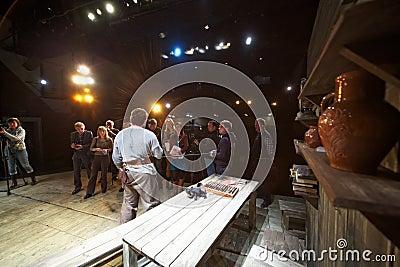 Journalistas e operadores cinematográficos durante a imprensa-estréia do desempenho Imagem de Stock Editorial