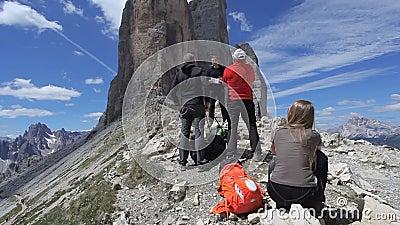 Journalistes pendant le tir d'un documentaire sur Tre Cime di Lavaredo clips vidéos