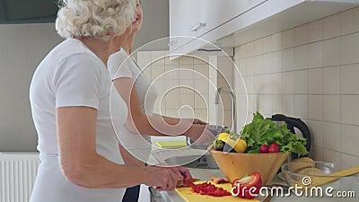 Jovem ajudando a avó a cozinhar filme