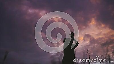 Jovem com cabelo curto dançando sozinha à noite de verão no campo vídeos de arquivo