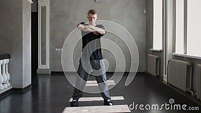 Jovem dançarino hip-hop dançando em um prédio escuro. Contemporâneo. Cultura do hip hop filme