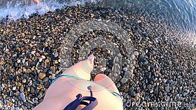 Jovem em Bikini pisando na praia em direção ao mar vídeos de arquivo