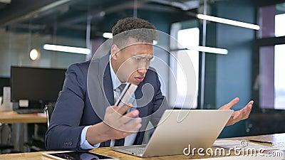 Jovem empresário reagindo à falha de pagamento on-line no laptop video estoque