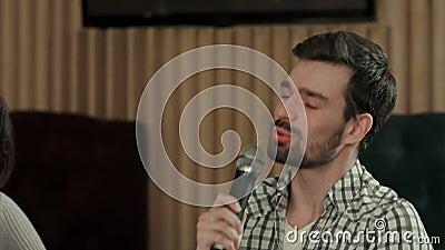 Jovem está cantando uma canção no clube vídeos de arquivo