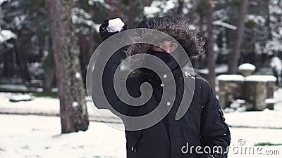 Jovem jogando bolas de neve com amigos, em câmera lenta Luta de bola de neve Divertimento de inverno, lazer ativo video estoque