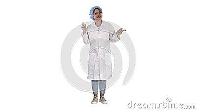 Jovem médica falando com câmera de forma muito emocional em fundo branco video estoque