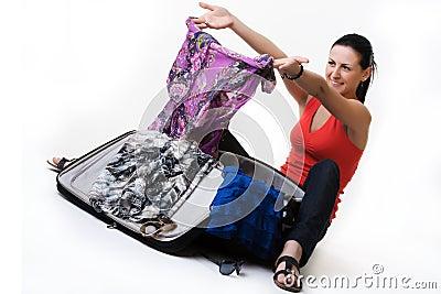 Mulher bonita com sua mala de viagem do curso