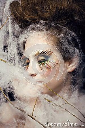 A jovem mulher bonita com criativo compo