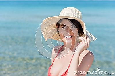 Jovem mulher bonita que levanta em uma praia
