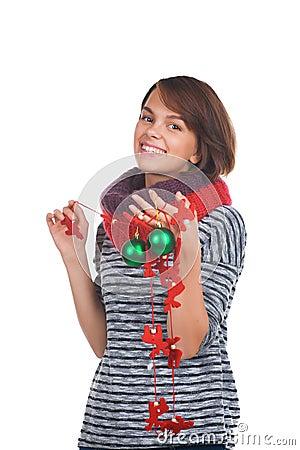 Jovem mulher com bola do Natal