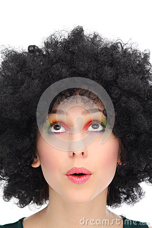 Jovem mulher com o afro que olha acima