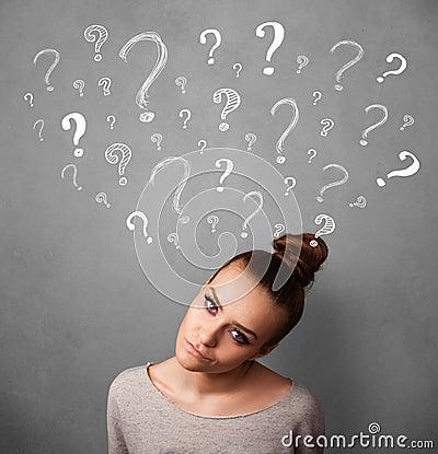 Jovem mulher com pontos de interrogação acima de sua cabeça
