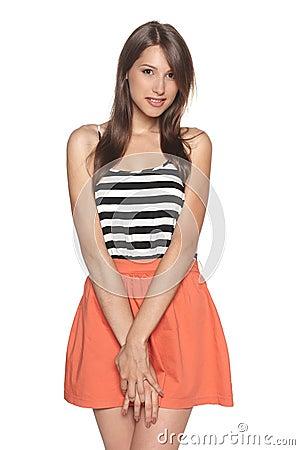 Jovem mulher de sorriso que está na roupa do verão