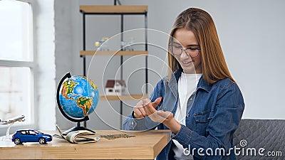Jovem mulher focalizada que conta moedas do frasco de vidro video estoque