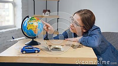 Jovem mulher infeliz que conta moedas na tabela filme
